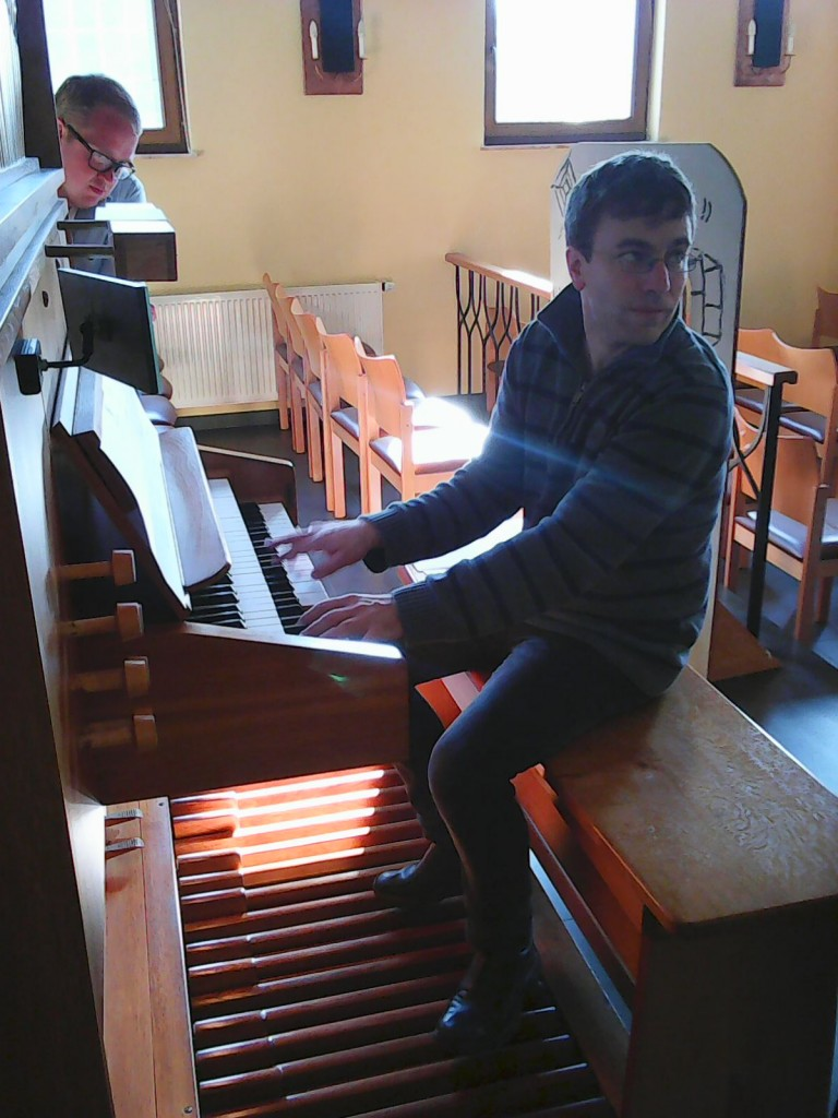 Pastor Holger Weiss vid orgeln